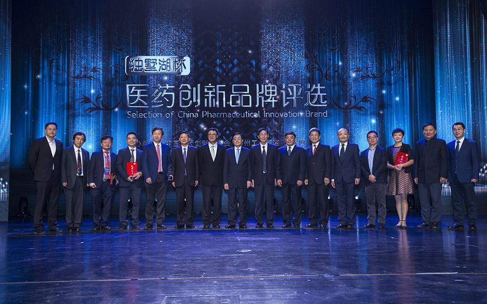 何维、周健民、李亚平、吴庆文等领导以及主办方代表与获奖者合影